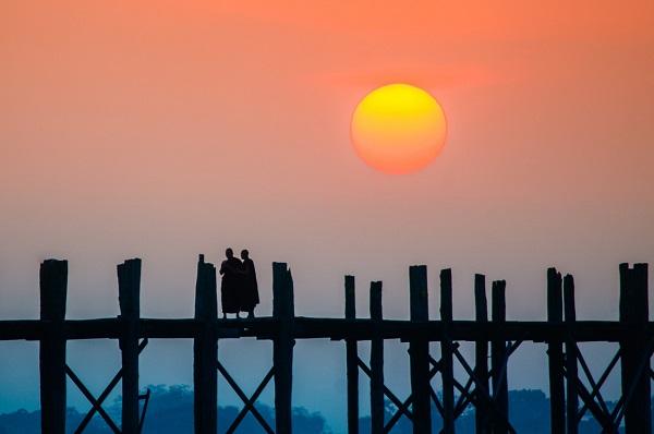 Chụp hoàng hôn ở cầu U Bein là thú vui của nhiều nhiếp ảnh gia