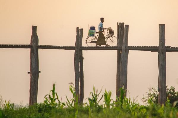 Người dân địa phương dắt xe đạp qua cầu