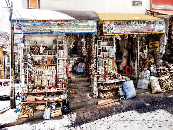 Đi dọc theo con đường dốc thoai thoải lát đá trong khu phố cổ ngay thủ đô hành chính La Paz, Bolivia, bạn sẽ bắt gặp thị trấn Mercado de las Brujas hay còn được gọi là chợ phù thủy nổi tiếng trên dãy Andes - Ảnh: Dan Lundberg