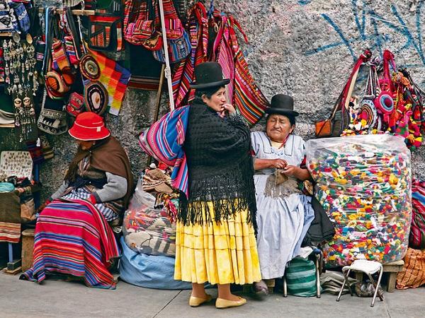 Tại đây, những phụ nữ lớn tuổi mặc trang phục truyền thống Andean, đầu đội nón đen tròn, khoác áo choàng là đặc điểm nhận dạng các phù thủy. Họ được xem là người có khả năng tiên đoán, đem lại may mắn hay xua đuổi tà ma... Ảnh: NatGeo