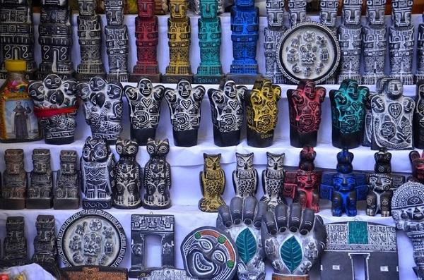 Ngoài ra, các bức tượng nhỏ được coi là vật mang lại tài lộc và cũng được cho là có thể tác động tới các linh hồn cư trú trong thế giới tâm linh. Khi đến Mercado de las Brujas, du khách được khuyến cáo nên tôn trọng các phong tục, tập quán của người địa phương. Đây là hoạt động kinh doanh hợp pháp và tồn tại lâu đời ở Bolivia, mọi hành động, phát ngôn không đúng mực đều không được chào đón - Ảnh: Anthony G. Reyes
