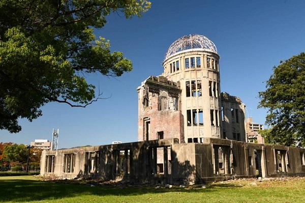 Khu tưởng niệm hòa bình Hiroshima: Nằm giữa công viên rộng hơn 120.000 m2 với cây cối, bãi cỏ và lối đi bộ yên bình của công viên hoàn toàn trái ngược với khu vực trung tâm thành phố sầm uất xung quanh, mái vòm Genbaku Dome tồn tại sau trận ném bom của Mỹ xuống Hiroshima năm 1945 đã được UNESCO công nhận là di sản thế giới, đồng thời trở thành đài tưởng niệm hòa bình nổi tiếng thế giới. Ảnh: Krista Rossow.
