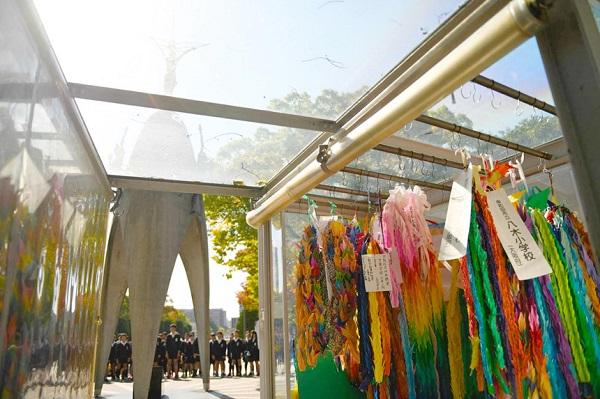 Đài tưởng niệm thiếu nhi hòa bình: Đài tưởng niệm này nằm ở công viên tưởng niệm hòa bình Hiroshima và là khu vực tưởng niệm dành cho trẻ em đã thiệt mạng trong vụ ném bom nguyên tử xuống Hiroshima. Bên cạnh đó, nơi đây còn gắn liền với câu chuyện về Sadako Sasaki, cô bé qua đời ở tuổi 12 vì bệnh bạch cầu do nhiễm phóng xạ. Trong thời gian điều trị bệnh, Sadako Sasaki đã cố gắng gấp đủ 1.000 con hạc giấy với hy vọng sẽ được khỏi bệnh. Dù sau đó phép màu đã không xảy ra nhưng những con hạc giấy của cô bé đã trở thành biểu tượng về khát vọng hòa bình, cùng với những con hạc giấy được gửi từ khắp nơi, chúng được trưng bày trong tủ kính tại công viên. Ảnh: Krista Rossow.