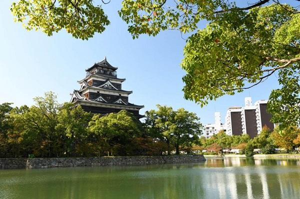 Lâu đài Hiroshima: Lâu đài Hiroshima, còn được gọi là lâu đài Carp, được xây dựng vào cuối thế kỷ XVI. Lâu đài là nơi sinh sống của các thế hệ lãnh chúa phong kiến cho đến năm 1871. Sau đó, lâu đài được sử dụng làm cơ sở quân sự cho đến khi bị phá hủy trong vụ đánh bom nguyên tử năm 1945. Phần tháp của lâu đài được xây dựng lại vào năm 1958, hiện tại được sử dụng làm bảo tàng lịch sử. Ngoài ra, từ tầng 5 của tòa tháp, du khách có thể quan sát toàn cảnh thành phố. Ảnh: Krista Rossow.