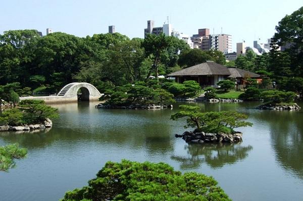 Vườn Shukkeien: Shukkeien là khu vườn nổi tiếng ở Hiroshima, được xây dựng từ năm 1620. Nơi đây là đại diện tiêu biểu trong phong cách vườn ở Nhật Bản với núi non, rừng cây, thung lũng, thảm cỏ, ao cá. Toàn bộ khu vườn được kết nối với nhau bằng một con đường quanh co đi qua tất cả khu vực. Ảnh: Hiroshima-kankou.