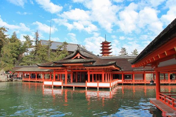 Đền Itsukushima: Itsukushima là một ngôi đền Shinto, xây dựng lần đầu tiên vào thế kỉ thứ 6, được Unesco công nhận là di sản thế giới.Tổng thể ngôi đền gồm 17 tòa nhà tạo thành khu phức hợp, bao gồm cả sân khấu kịch Noh. Khi thủy triều lên cao, cả ngôi đền và cổng torii phía trước trông giống như đang nổi trên mặt nước. Ảnh: Kanpai.