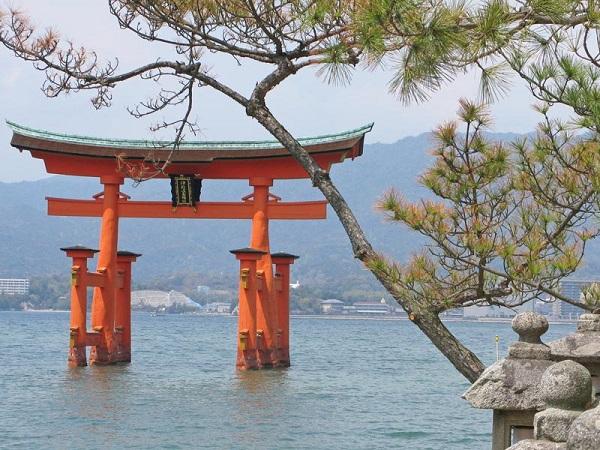 Không chỉ có kiến trúc độc đáo, đền Itsukushima còn nổi tiếng với cổng torii màu đỏ, là một trong những cổng torii lớn nhất ở Nhật Bản, cao hơn 16 m. Cổng torii đầu tiên được xây dựng cách đây hơn 1.400 năm, sau đó được xây dựng lại nhiều lần, phiên bản hiện tại là cổng thứ 8, được xây dựng năm 1875 từ gỗ cây long não và tuyết tùng. Ảnh: Insidejapantours.