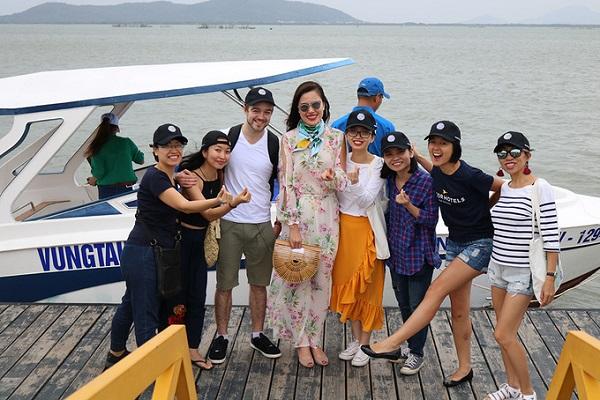 Vũng Tàu là một trong những điểm du lịch nổi tiếng nằm gần Sài Gòn nên du khách có thể đi về trong ngày hoặc nghỉ lại nhiều ngày mà vẫn không thiếu trải nghiệm để vui chơi, khám phá. Du khách có thể mua vé xe khách tại bến xe miền Đông hoặc tại một số nhà xe như: Hoa Mai, Kumho, Toàn Thắng, Thiên Phú… với giá từ 80.000 - 120.000 đồng một người.  Đối với những du khách tự lái ôtô riêng có thể chọn cung đường xuống Vũng Tàu qua đường cao tốc Long Thành - Đồng Nai, sẽ giúp rút ngắn khoảng cách xuống Vũng Tàu chỉ còn khoảng 2 - 2,5 tiếng. Tiết kiệm thời gian hơn thì du khách có thể đi tàu cao tốc tại bến Nhà Rồng chỉ mất 1,5 tiếng với giá vé khoảng 200.000 đồng. Ảnh: Pullman Vũng Tàu.
