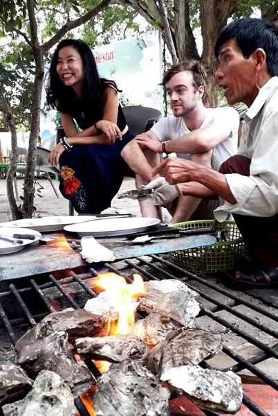 """Hàu nướng là một trong những món được ưa thích và có giá mềm ở đảo Gò Găng. Du khách có thể xem gia đình chú Dũng """"chúa đảo"""" nuôi hàu, thu hoạch và học cách tự nướng hàu ăn. Ảnh: Hương Chi."""