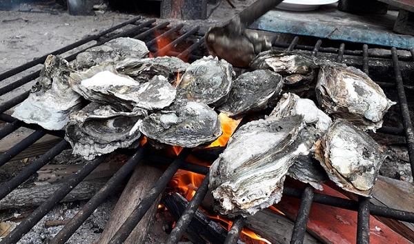 Hiện trên đảo Gò Găng mới có dịch vụ ăn uống, nếu muốn nghỉ lại qua đêm du khách phải quay trở lại Vũng Tàu. Một số món hải sản nổi tiếng trên Gò Găng như hàu nướng 65.000 đồng/kg, cúm 195.000 đồng/kg, mực ống 400.000 đồng/kg, cá sòng 120.000 đồng/kg... Ảnh: Hương Chi.