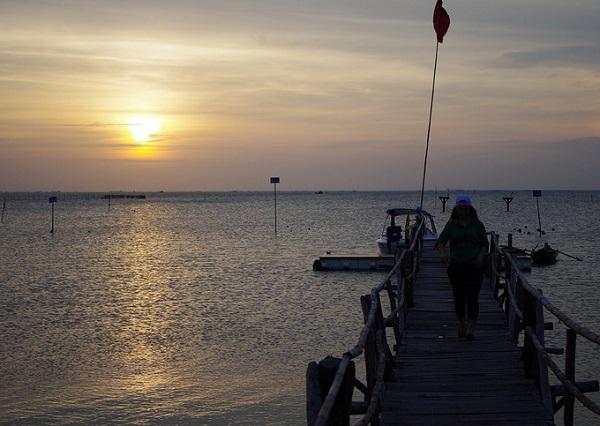 Du khách có thể vui chơi trên đảo Gò Găng, chụp hình, ngắm cảnh biển... lại vừa được thưởng thức hải sản tươi ngon. Nếu lưu lại tới chiều muộn du khách sẽ được tận hưởng khung cảnh hoàng hôn đẹp hút hồn. Ảnh: Hương Chi.