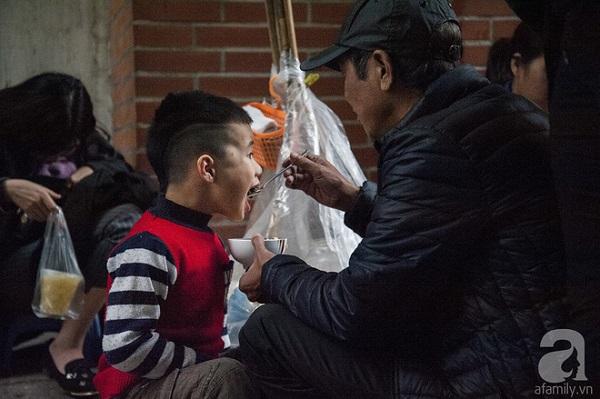 """Từ người lớn đến trẻ nhỏ, hàng nghìn người mê mẩn món ăn """"thần thánh"""" của mùa lạnh."""
