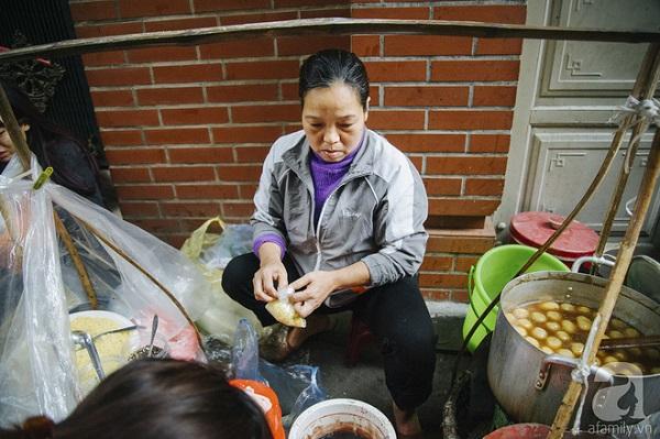 Bận luôn tay luôn chân vì khách quá đông, cô Vân rất ít khi trò chuyện với khách.