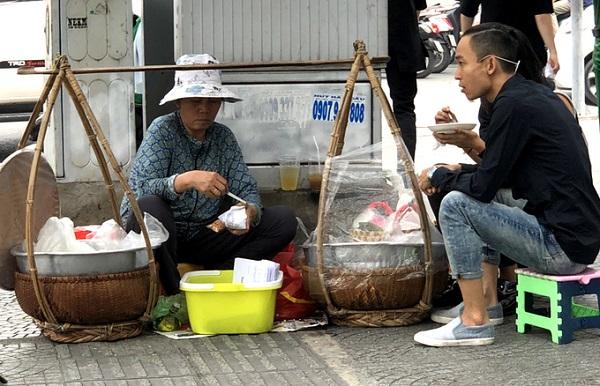 Nép sau một tụ điện tại góc đường Pasteur - Lê Thánh Tôn, gánh xôi bà Kiệm, nay do chị Thảo (con gái của bà ngồi bán) được xem là gánh hàng rong có tuổi thọ cao nhất tại Sài Gòn.