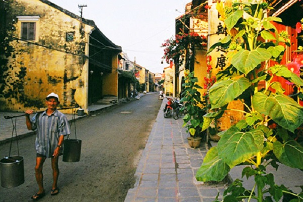 Từ sáng sớm, cụ đã gánh nước tới cho các quán trong khu phố cổ. Ảnh: Vũ Minh Quân.