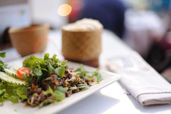 Laap - món ăn truyền thống được chế biến từ thịt và gan, lòng của lợn, bò, vịt hoặc gà băm nhuyễn, trộn với các loại rau thơm, hành tây... rưới nước mắm nêm chua ngọt, vừa ăn. Laap thường được ăn chung với Khao Niaw cho chắc bụng - Ảnh: Carlina Teteris