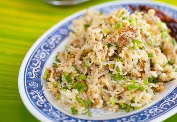 Nam Khao thực chất là cơm chiên được nấu từ Khao Niaw còn dư sau bữa ăn của người Lào, thêm hành tây, xúc xích, rau thơm đủ vị. Bạn có thể gọi nam khao ở các nhà hàng, và dĩ nhiên họ sẽ không sử dụng cơm thừa để chế biến món ăn cho khách - Ảnh: Austin Bush