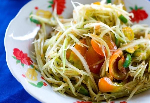 Tam Mak Houng (gỏi đu đủ) giống somtam của Thái Lan nhưng không có vị ngọt, chỉ mang vị chua của cà chua, chanh và mặn của mắm ba khía cùng loại nước mắm pa daek - đặc sản Lào - Ảnh: Austin Bush