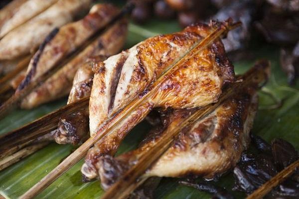 Gà nướng Ping Kai được chế biến từ gà ta thịt săn chắc, thơm. Gà sau khi làm sạch, kẹp vào que tre, nướng trên than hồng tới lúc chín vàng, ứa mỡ trông thật hấp dẫn - Ảnh: Tim Gerard Baker