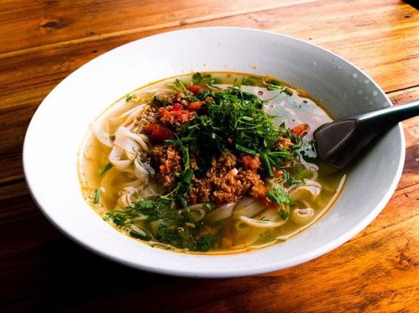 Đến Luông Prabang, bạn không nên bỏ qua Khao Soi, món mỳ cắt bằng kéo, sau đó chần trong nước sôi rồi cho khao soi - hỗn hợp làm từ thịt lợn xay nhuyễn với tỏi, cà chua, gia vị... lên trên - Ảnh: Hide