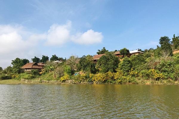 Cách trung tâm thành phố Điện Biên khoảng 20 km, hồ Pá Khoang thuộc huyện Điện Biên, nằm kề quốc lộ 279. Nơi đây thu hút du khách với đảo nhỏ nằm ngay trung tâm hồ.