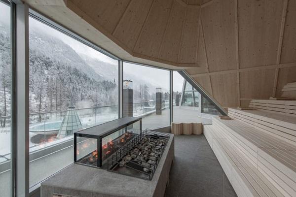 Ở đây có tới 200 phòng và sân thượng để khách có thể vừa nằm phơi nắng, vừa có thể phóng tầm mắt bao quát cảnh núi non hùng vĩ xung quanh. Mỗi năm, resort đón gần 350.000 khách ghé thăm.