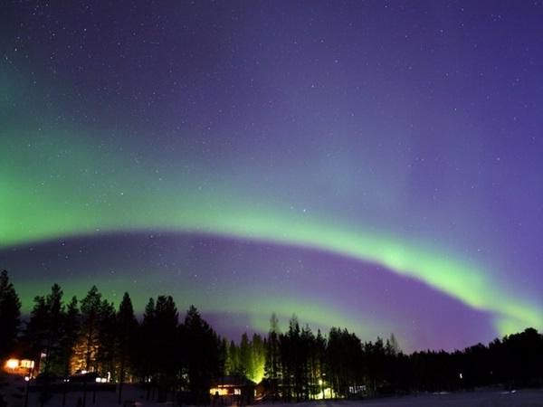 Ngoài ngắm hiện tượng thiên nhiên độc đáo của vùng cực, đến vùng Levi, Phần Lan, bạn còn có thể tham gia nhiều hoạt động ngoài trời, dưới thời tiết lạnh giá như trượt tuyết trong đêm hay ăn sáng trong căn nhà trang bị sẵn máy ảnh để canh chụp được bức ảnh cực quang thật ấn tượng.