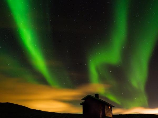 Hammerfest, Na Uy được mệnh danh là thị trấn cực Bắc của thế giới. Tại đây, vào tháng 1, toàn bộ thời gian trong ngày đều chìm trong bóng tối và chỉ le lói ánh sáng của cực quang liên tục thay đổi trên bầu trời.
