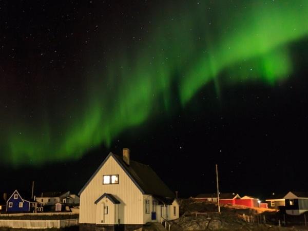 """Ở Đan Mạch, bạn có thể đón năm mới 2 lần. Lần đầu tiên là ở khu vực đất liền. Bốn giờ sau đó là màn """"pháo hoa"""" tự nhiên ở vùng lãnh thổ Ilulissat, đảo Greenland. Người dân địa phương có truyền thống đón năm mới, chào đón thời khắc đếm ngược và ngắm nhìn cực quang rực sáng trên bầu trời."""