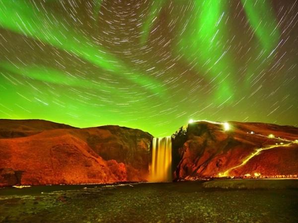 Địa điểm ngắm cực quang đẹp nhất ở Skógafoss, Iceland chính là ở ngọn thác Skógafoss. Khung cảnh độc đáo khiến du khách ngỡ như đang ở hành tinh khác.