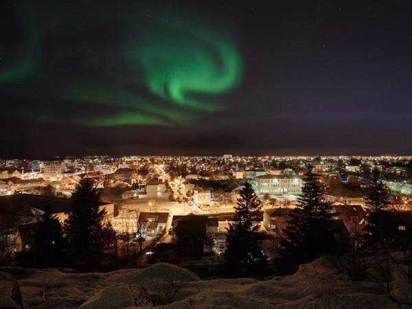 Nếu không muốn đến những nơi quá xa xôi và lạnh lẽo thì bạn còn lựa chọn khác là thủ đô Reykjavik, Iceland. Ngay trong thành phố đông đúc, du khách cũng có thể nhìn ngắm cực quang trên bầu trời, tuy rằng không đặc sắc như ở vùng cực.
