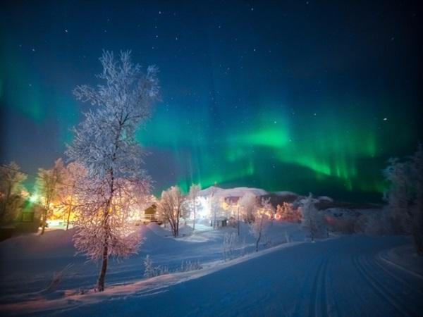 Kiruna, Thụy Điển nằm ở vùng Lapland - nơi được mệnh danh là quê hương của ông già Noel. Cùng với khung cảnh phủ đầy tuyết trắng, ánh sáng cực quang xanh laser trên nền trời càng khiến vạn vật huyền ảo hơn. Lễ hội chính của vùng được tổ chức vào ngày 27/1 với các hoạt động như nặn người tuyết hay các trò chơi cho trẻ em dưới trời tuyết.