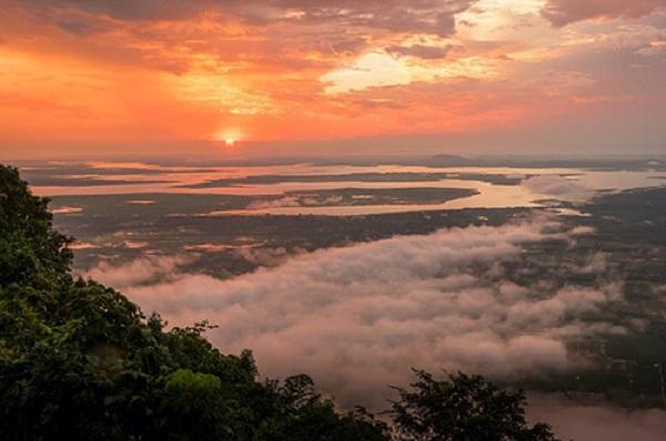 Biển mây bồng bềnh nhìn từ đỉnh núi Bà Đen. Ảnh: Ty Lê Minh.