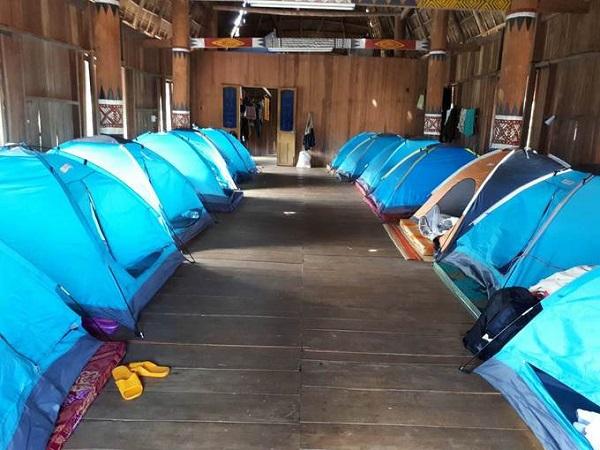 Nếu bạn muốn ở lại trong nhà Rông trải nghiệm không khí đêm sương lạnh của Măng Đen, khu du lịch cũng có dịch vụ cho thuê lều có thể ngủ được hai người mỗi lều, giá 120.000 đồng một đêm.