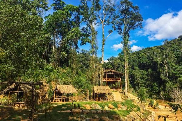Cách trung tâm thành phố Đà Lạt chưa đầy 10 km, Hoa Sơn Điền Trang nằm sâu trong một thung lũng ngay giữa đèo Tà Nung. Đây là một khu du lịch sinh thái hoạt động từ tháng 12/2017.
