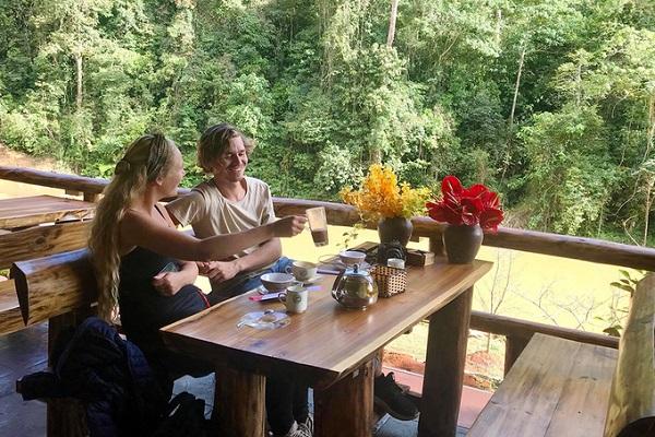 Quán cà phê bên vách núi là điểm dừng chân thích hợp để thư giãn sau hành trình khám phá điền trang này. Thực đơn quán có các món đồ uống đơn giản như: cà phê, cà phê sữa, các loại nước giải khát, nước ép... giá từ 25.000 đồng.