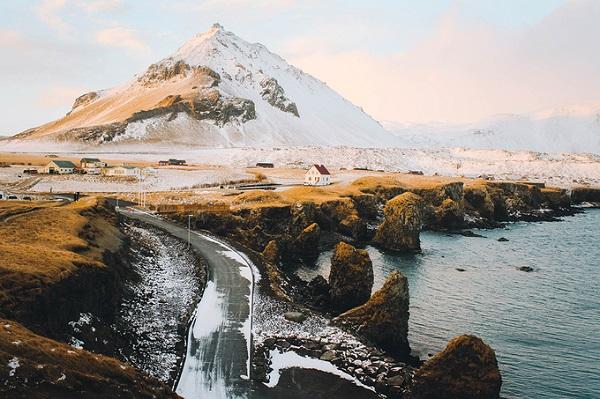 Những ngày đầu năm mới, Thành Cơ, một blogger du lịch trẻ, đã có chuyến đi đến miền Tây Iceland. Ghé thăm làng chài Arnarstapi, chàng trai ghi lại nhiều khoảnh khắc đẹp đến ngỡ ngàng.