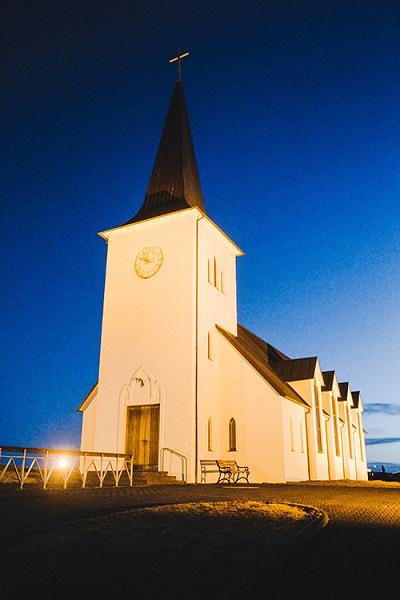 Đến đây du khách không nên bỏ lỡ cơ hội tham quan nhà thờ Hellnar. Nằm giữa miền thảo nguyên, đá và núi, nhà thờ nổi tiếng với sự kết hợp hài hoà giữa bàn tay của con người và kiến tạo của thiên nhiên.