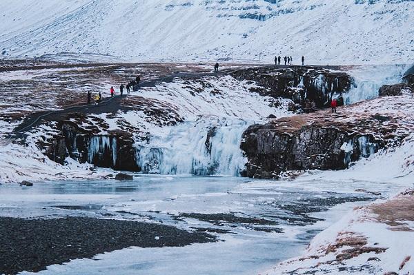 """Du khách còn có cơ hội quan sát các vách đá được hình thành từ hoạt động núi lửa và tìm hiểu về quá trình hình thành dung nham. Nếu đi cùng hướng dẫn viên và """"may mắn"""", bạn cũng sẽ được nghe kể vài câu chuyện ma ở ngôi làng."""