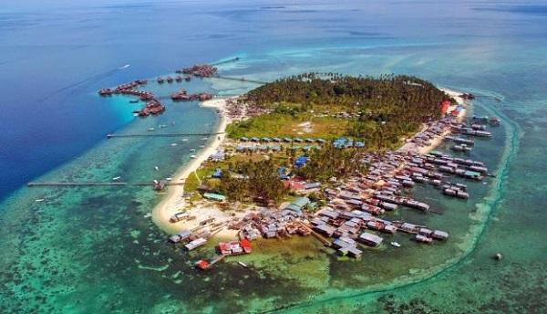 Từ bến cảng Semporna, bạn mất khoảng 30 phút nữa để lên tàu cao tốc trực chỉ Mabul. Từ trên tàu, Mabul hiện ra như một ốc đảo thần tiên mọc lên giữa biển.