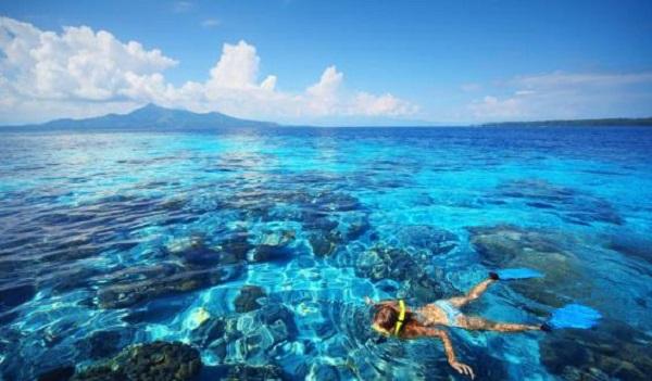 Màu nước biển trong veo với sắc xanh đặc biệt khiến trải nghiệm lặn biển nơi này thật sự rất thú vị.