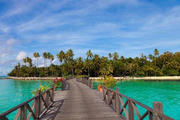 """Mabul sở hữu một vẻ đẹp """"có một không hai"""" trên thế giới nhờ những hàng dừa và cây cọ cao vút, bờ cát trắng mịn màng và nước biển xanh màu lục bảo."""