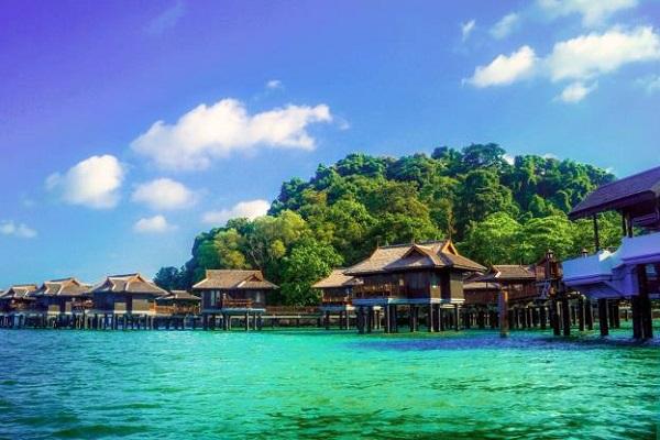 Mabul phát triển du lịch cũng khá lâu đời. Đặc trưng ở đây là tất cả các khu resort đều được xây nổi trên biển cả lộng gió.