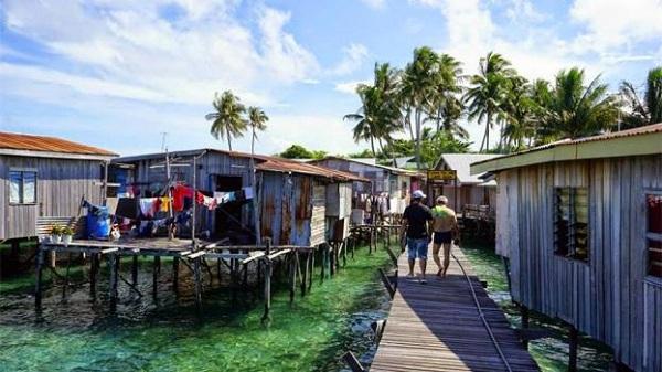 Bạn cũng có thể len lỏi qua các khu nhà gỗ làm nghề truyền thống, tham quan cách sinh hoạt và lao động của người dân bản xứ.