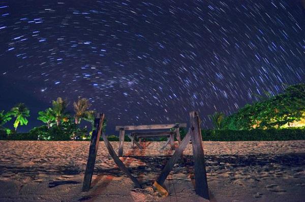 Nếu ở lại đêm, đừng bỏ qua trải nghiệm ngắm sao trời Mabul khi ngồi trên các mái nhà. Bầu trời trong, cao vời vợi, hằng hà sa số những ngôi sao sáng nhấp nháy sẽ khiến bạn choáng ngợp với vũ trụ huyền bí sâu thẳm phản chiếu cùng đại dương bao la.