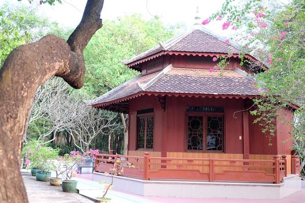 Vị trí của cây bồ đề nổi tiếng của ngôi chùa là nơi các Phật tử thường xuyên đến chiêm bái thưởng ngoạn.