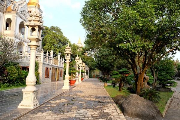 Diện tích rộng cho phép các hành lang được xây thông thoáng bên cạnh những tán cây xanh.