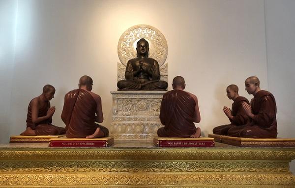 Ngôi chùa đẹp như tranh ở ngoại ô Sài Gòn  Theo hệ Phật giáo nguyên thủy Nam tông nên trong chùa, dễ thấy chỉ có tượng Phật Thích Ca, chùa cũng không nghi ngút nhang khói như các chùa Bắc phái.