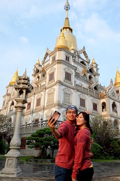 Đỉnh tháp sơn vàng và cấu trúc của tòa tháp giống với một số ngôi chùa ở Thái Lan nên nhiều người quen gọi chùa Bửu Long là chùa Thái Lan mà không biết ngôi chùa là của người Việt. Không chỉ Phật tử có tuổi, vẻ đẹp của ngôi chùa còn thu hút các bạn trẻ đến tham quan.