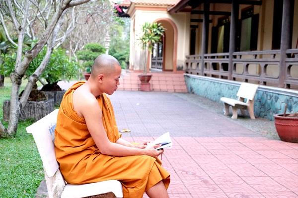 Chư tăng Nam tông thường sáng ăn cháo, trưa dùng ngọ (bữa cơm chính trong ngày). Truyền thống Phật giáo không ăn chay thuần túy như Phật giáo Bắc tông, mà đuợc phép dùng mặn, nhưng phải hợp thời, không thấy, không nghi và không nghe (thấy) sinh vật bị giết vì mình.